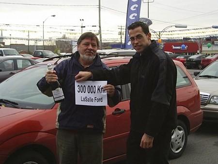 Remise d'une bouteille de mousseux à Jonathan pour le remercier des 300 000 km